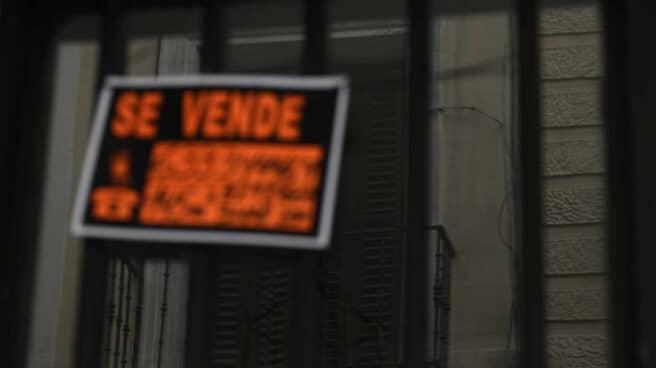 """Un cartel de 'Se Vende"""" en un balcón."""