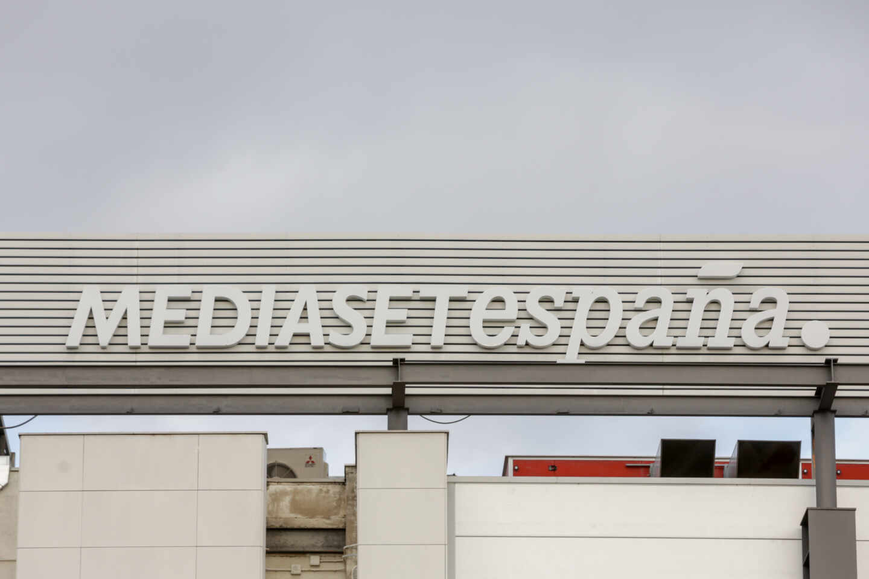 Cartel Mediaset España en la Sede de Telecinco, en Madrid.
