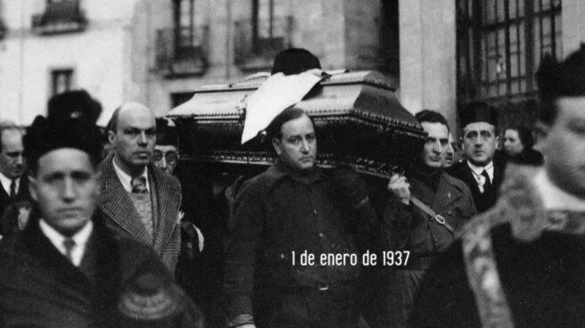 Miembros de la falange cargan el féretro de Unamuno.