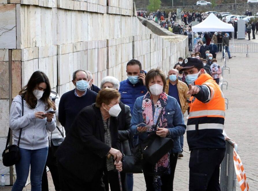 Colas para vacunarse contra la Covid en la Ciudad de la Cultura.