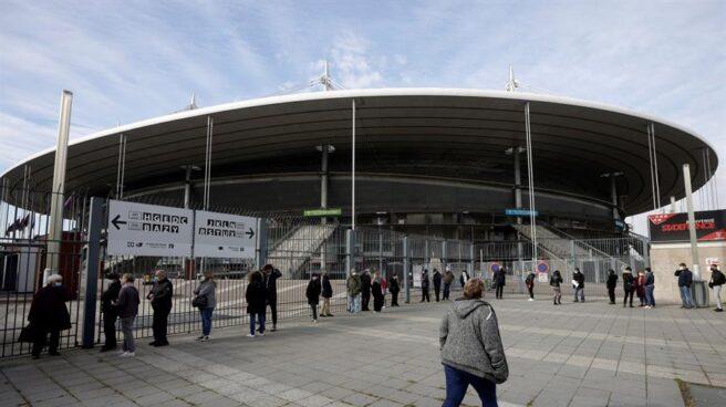 Ciudadanos esperan a recibir la vacuna en el Stade de France, en París.