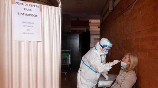 Personal sanitario realiza pruebas PCR.