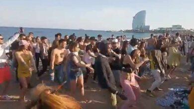 Polémica por una fiesta improvisada en la Barceloneta con decenas de jóvenes sin mascarilla
