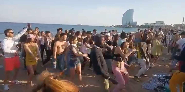 Decenas de jóvenes en la Barceloneta sin cumplir las medidas de seguridad