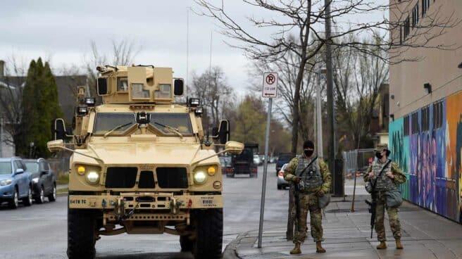 Efectivos de la Guardia Nacional de Minnesota desplegados en Minneapolis, este lunes.