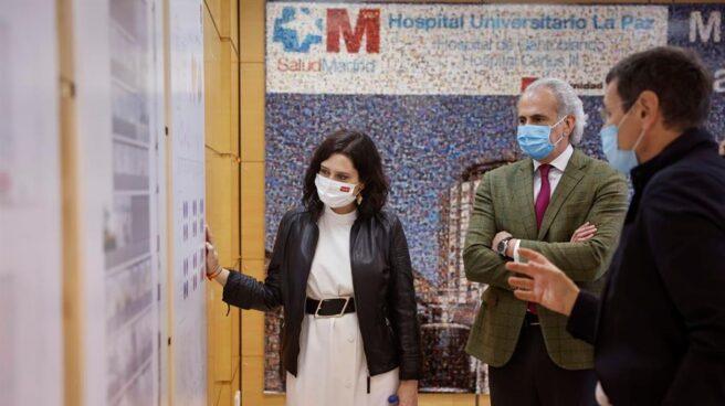 La presidenta de la Comunidad de Madrid, Isabel Díaz Ayuso, en el hospital de La Paz.