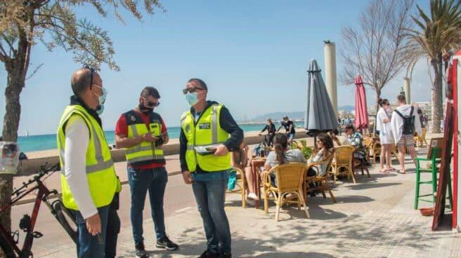 Agentes de la Policía Nacional, Policía Local e inspectores de Turismo controlan el cumplimiento de las medidas anti Covid en la playa de Palma y el Arenal.
