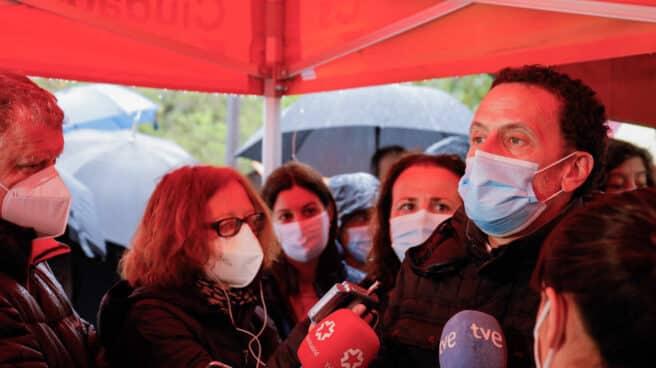 Edmundo Bal atiende a la prensa este domingo en San Lorenzo de El Escorial.