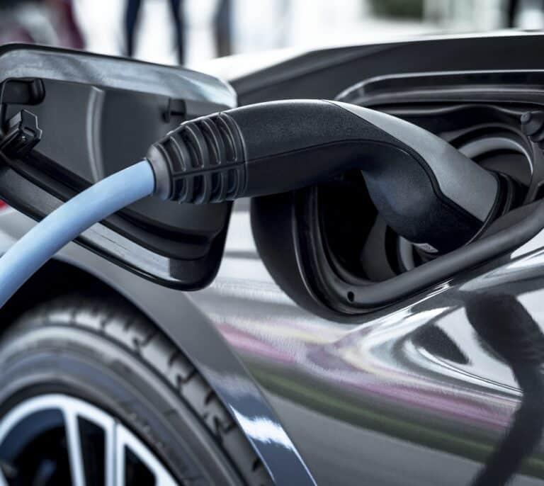 Las energéticas y el sector del automóvil se declaran la guerra por las inversiones en el coche eléctrico