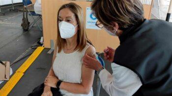 """Ana Pastor, tras recibir la AstraZeneca: Vacunarse """"nos da seguridad a todos"""""""