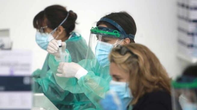 Varias sanitarias analizan pruebas diagnósticas de Covid-19.