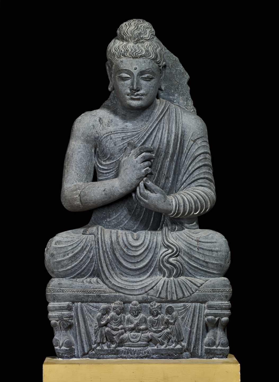 Figura sentada de Buda, esquisto, siglos II-III d.C., Gandhara, noroeste de Pakistán.