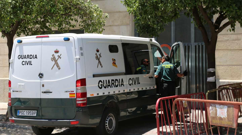 Un furgón de la Guardia Civil, trasladando a un detenido a los juzgados de Sevilla.