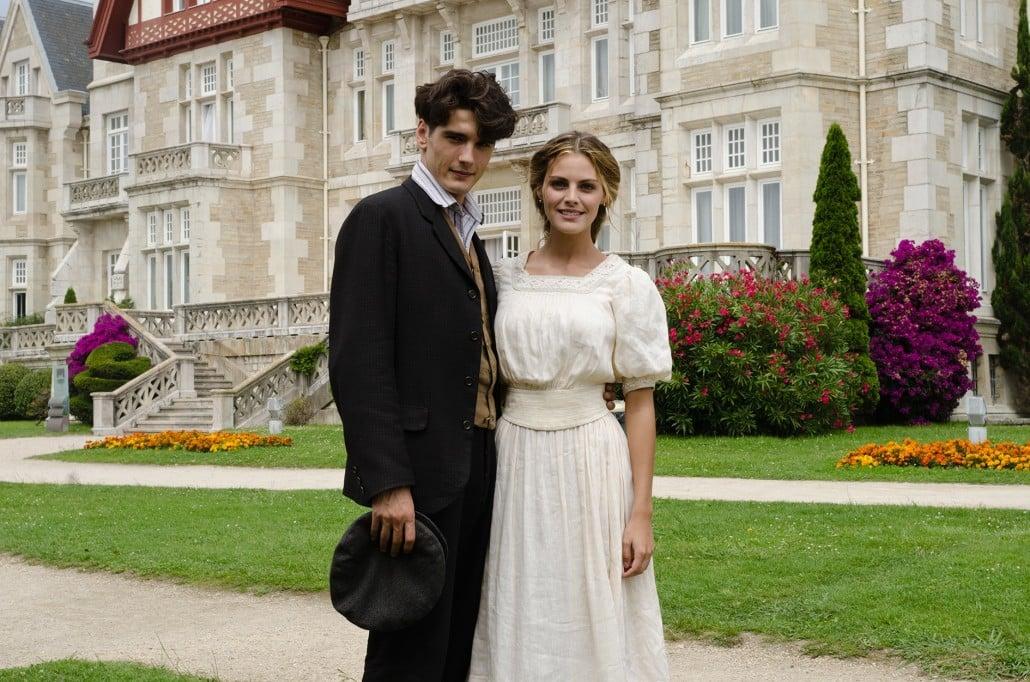 Yon González y Amaia Salamanca posan durante el rodaje de Gran Hotel frente al Palacio de la Magdalena en Santander (Cantabria)