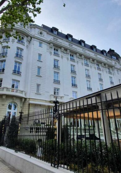 El Ritz ve la luz, el gran hotel de Madrid vuelve a la vida