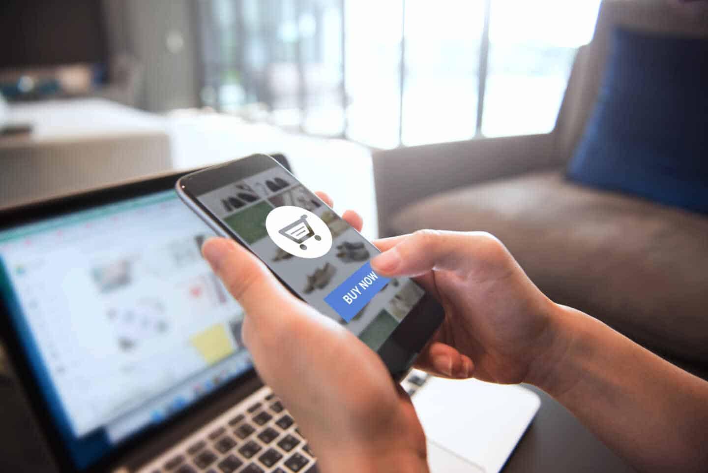 Una mujer realiza un pago a través de su 'smartphone'.