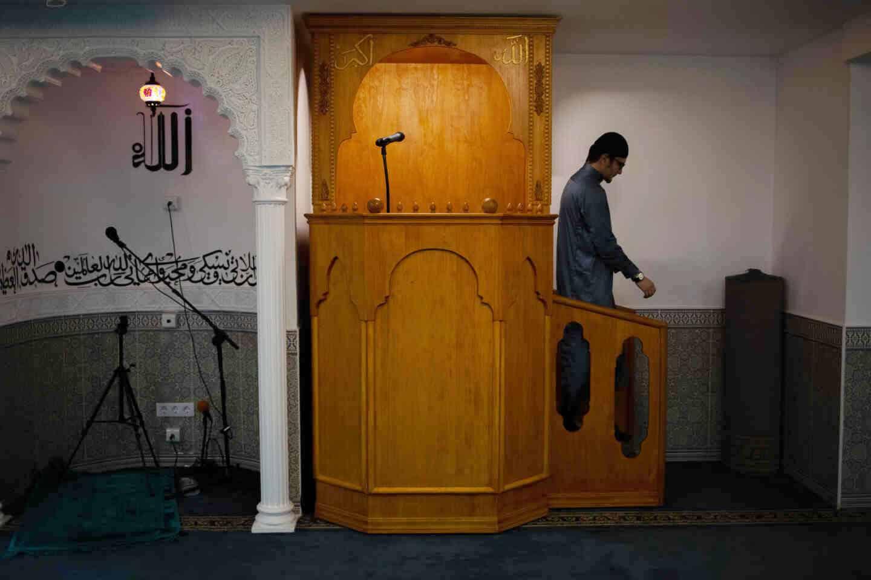 Un imán en la sala de rezo de la mezquita del barrio de Sants de Barcelona.