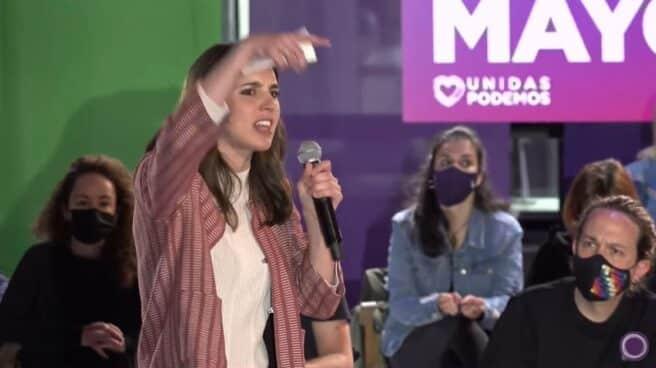 Irene Montero, en un mitin de Podemos junto a Pablo Iglesias.