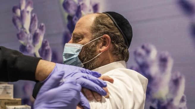 Un hombre siendo vacunado en Israel