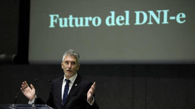 El ministro del Interior, Fernando Grande-Marlaska, en la presentación del libro conmemorativo del 75 aniversario del DNI.