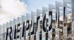 Logo de Repsol en la fachada del edificio de la sede