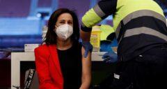 Margarita Robles recibe la primera dosis de la vacuna de AstraZeneca en el Wanda