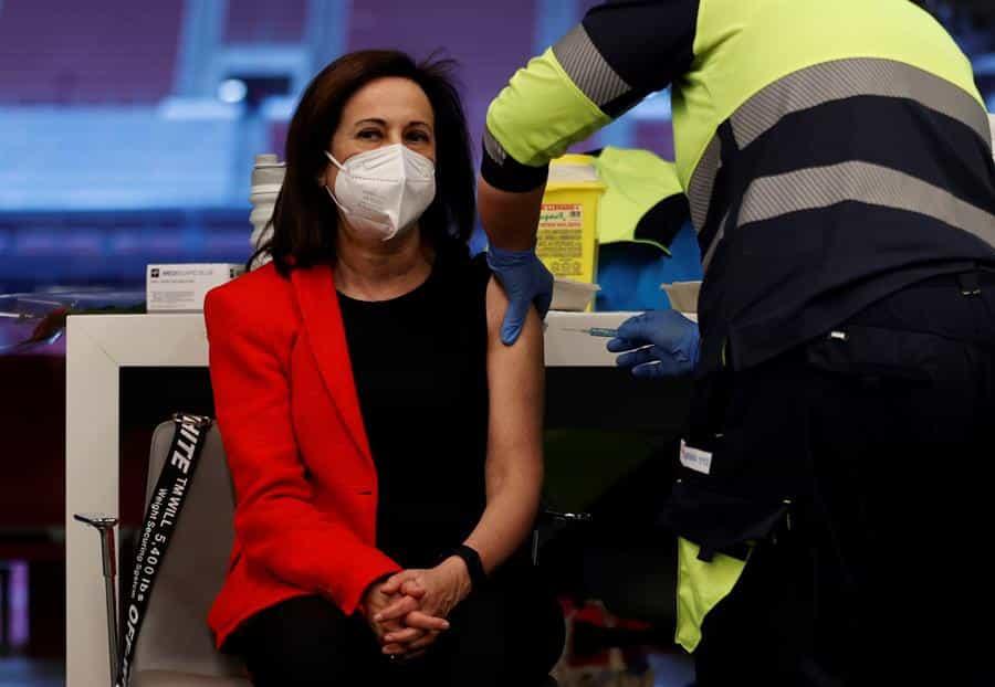 La ministra de Defensa, Margarita Robles, recibe la primera dosis de AstraZeneca.
