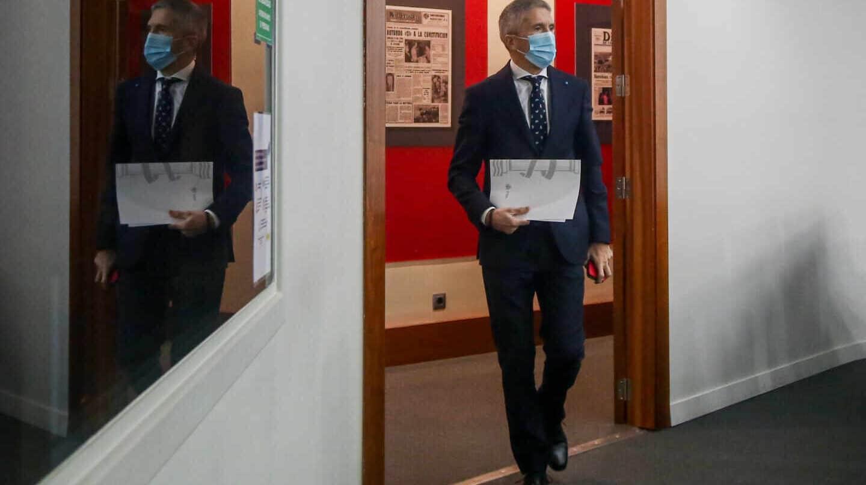 Grande-Marlaska dirigiéndose a una comparecencia informativa en el Palacio de la Moncloa.
