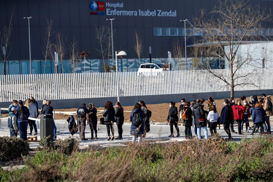 Decenas de personas esperan su turno de vacunación en el Hospital Isabel Zendal.