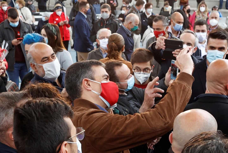 Pedro Sánchez se toma selfies con simpatizantes del PSOE en un mitin en Getafe.