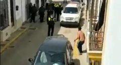 Un hombre amenaza con una espada a la policía y a sus vecinos en Huelva