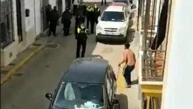 Un hombre amenaza con una espada a la policía y a los vecinos de un pueblo de Huelva