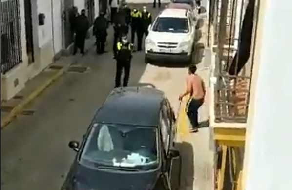 Fotograma de un hombre en Moguer, Málaga, amenazando a la policía con una espada.