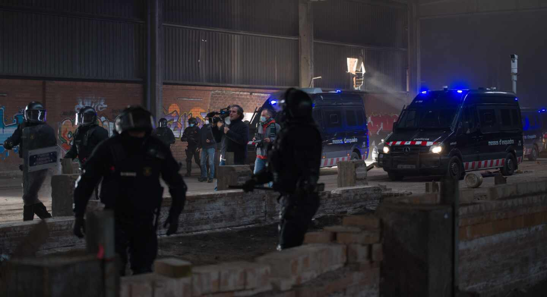 Mossos d'Esquadra, desalojando una 'rave' en Llinars del Vallès (Barcelona) el pasado 2 de enero.