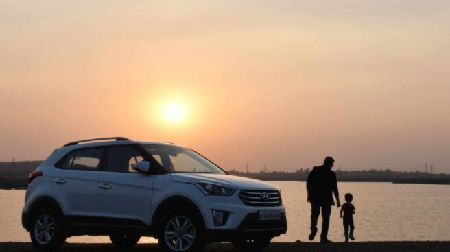 Foto de coche Hyundai con familia, movilidad sostenible