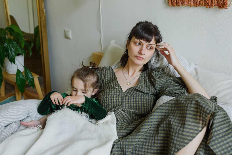Una mujer y una niña tumbadas.