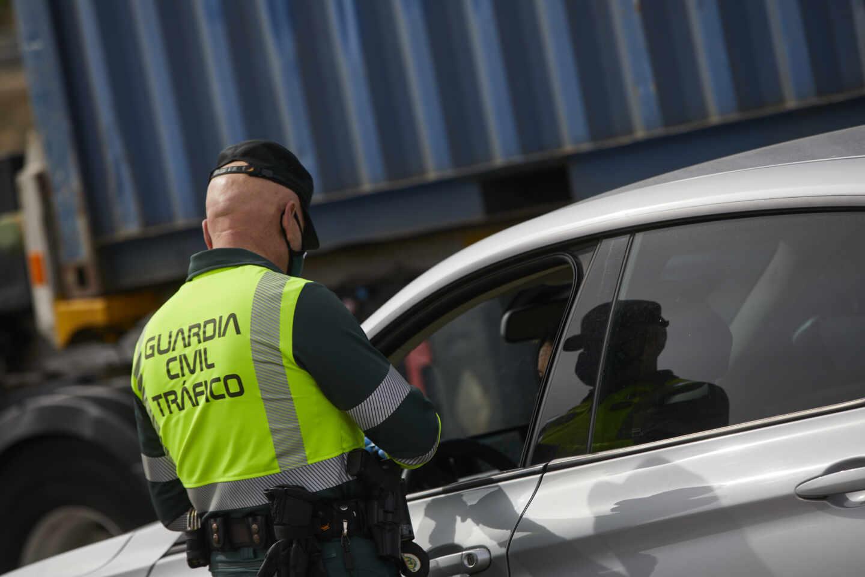 Un Guardia Civil de Tráfico pide la documentación durante un control en la carretera R5 km 20, en Madrid (España).