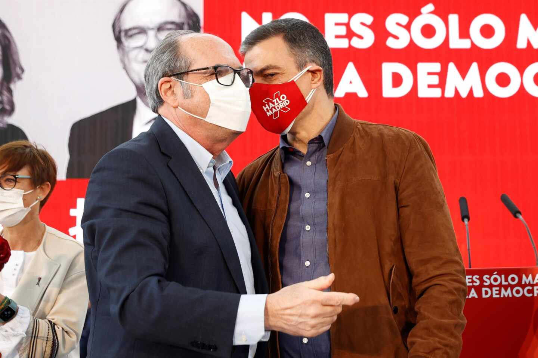 Pedro Sánchez susurra a Ángel Gabilondo durante un mitin del PSOE en Getafe.