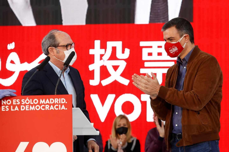 Ángel Gabilondo y Pedro Sánchez, durante un mitin del PSOE en Getafe.