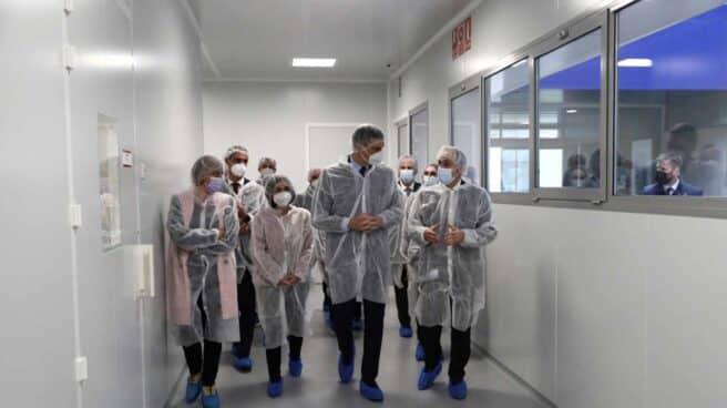 Pedro Sánchez visita la sede de la farmacéutica Hipra.