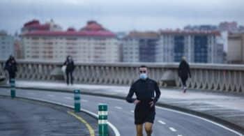 Arritmias y neumotórax: los riesgos de correr con mascarilla, según un estudio