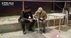El gesto viral de un policía: se sienta a acompañar a un enfermo de Alzheimer desorientado