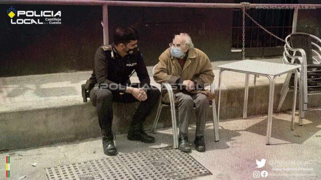 Policía Local sentado junto al anciano con Alzheimer