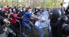 """Ayuso traslada """"todo su apoyo"""" a Vox tras los """"ataques intolerables sufridos en Vallecas"""""""