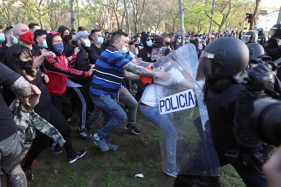 Manifestantes se enfrentan a la Policía durante el mitin de Vox en Vallecas.