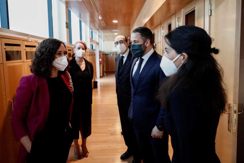 Fotografía de archivo. La presidenta de la Comunidad de Madrid conversa con Santiago Abascal y Rocío Monasterio