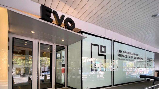 Puerta principal de una de las oficinas de EVO Banco en Madrid.
