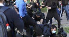 Radicales patean a un policía en el suelo durante el mitin de Vox en Vallecas.