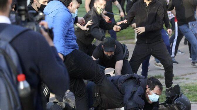 Detenido el joven que pateó a un policía en el acto de Vox en Vallecas