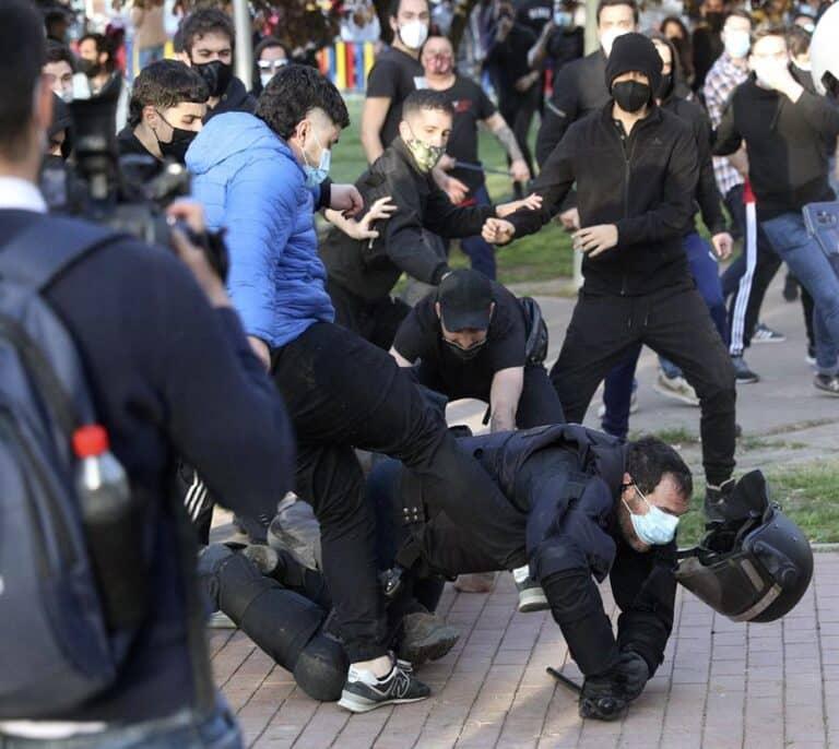 Abascal culpa a Marlaska del lanzamiento de piedras y adoquines contra el mitin de Vox en Vallecas